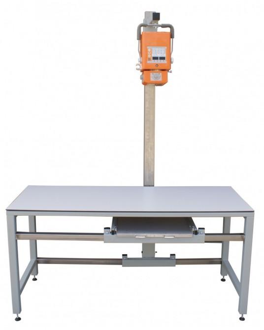Röntgentisch mit verstellbarem Stativ und integrierter Schublade für Kassetten